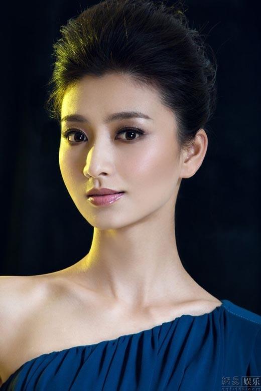 Lan Hi tên thật là Trương Phàm, năm 2002, cô tốt nghiệp học viện hí kịch Trung Ương và gia nhập ngành giải trí với những vai phụ, ít đất diễn. Sau đó,cô quyết định đổi tên thành Lan Hi và tham gia bộ phim Chân Hoàn Truyện. Khi phim được lên sóng, vai diễn Trầm Mi Trang đã giúp Lan Hi quen mặt với khán giả hơn và mở ra nhiều cơ hội mới cho người đẹp này.