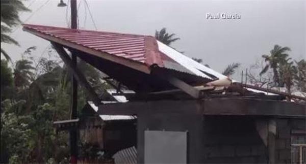 Mái tôn của một ngôi nhà bị gió gây hư hại nặng. Ảnh: Internet