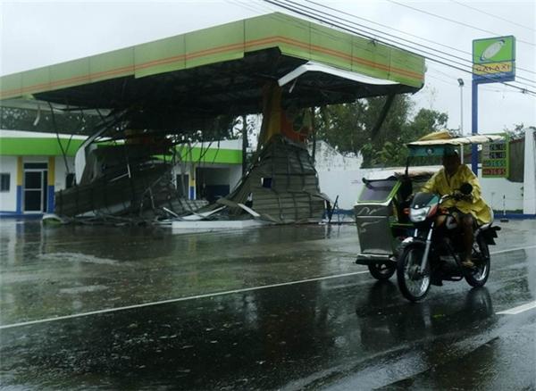 Cây xăng ở thị trấn Munoz, tỉnhNueva Ecija, hư hại nặng do bão Koppu. Ảnh: Internet