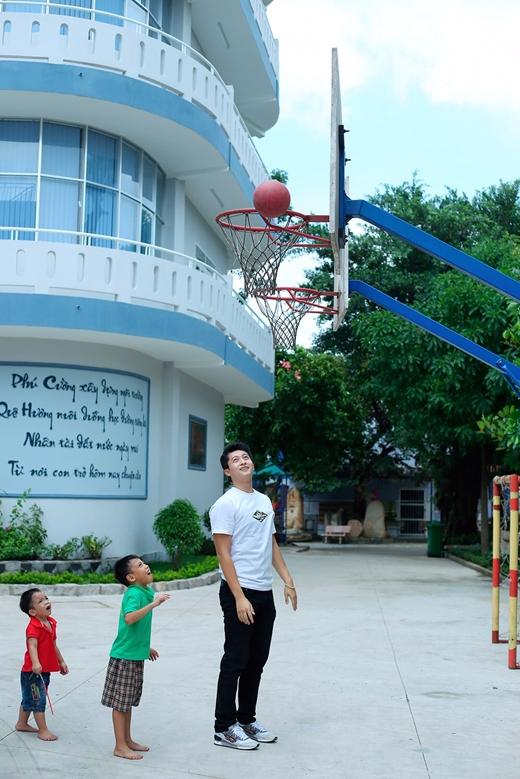 Không chỉ vậy, Harry Lu còn hướng dẫn các em chơi bóng rổ. - Tin sao Viet - Tin tuc sao Viet - Scandal sao Viet - Tin tuc cua Sao - Tin cua Sao
