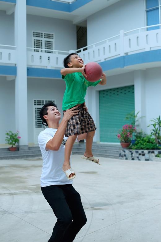 Nam diễn viên đã có dịp mang lại tiếng cười cho các trẻ em tại đây bằng môn thể thao bóng rổ. - Tin sao Viet - Tin tuc sao Viet - Scandal sao Viet - Tin tuc cua Sao - Tin cua Sao