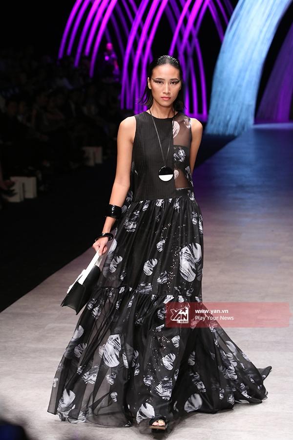 Trang Khiếu - Quán quân Vietnam's Next Top Model 2010- giữ vai trò mở màn. Cô diện bộ váy được cách điệu từ váymaxi truyền thống với chất liệu voan lụa mềm mại.