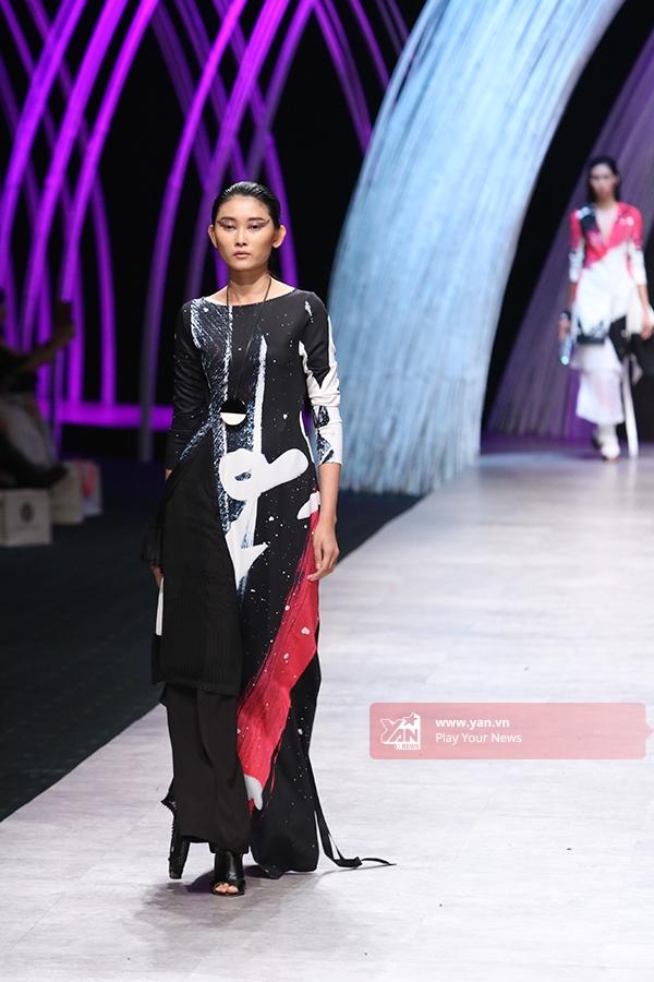 Các mẫu thiết kế vô cùng đa dạng về kiểu dáng, cách dựng phom từ váy xòe cổ điển, đến mullet hiện đại hay trang phục làm gợi nhớ đến tà áo dài truyền thống.