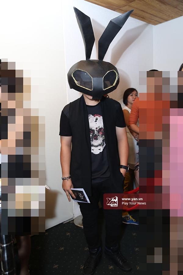 Chàng trai mang mặt nạ gây náo loạn thảm đỏ Vietnam International Fashion Week