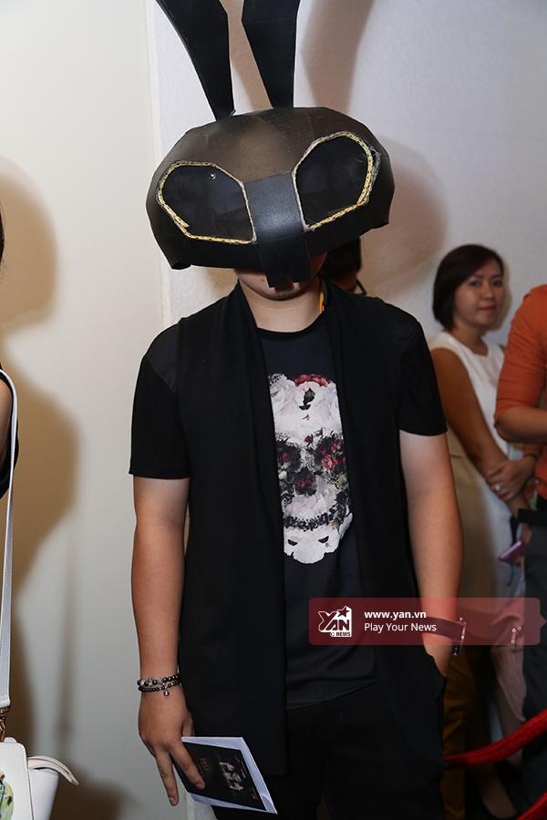 """Trong đó, một chàng trai đã gây náo loạn khi diện cả cây đen đơn giản kết hợp chiếc mặt nạ ấn tượng. Có thể nói, đây là trường hợp khá """"đặc biệt"""" từ đêm khai màn Tuần lễ Thời trang Quốc tế Việt Nam 2015 đến nay."""