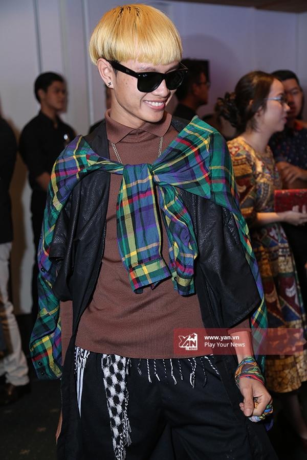 Chàng trai này liên tục gây ấn tượng tại khu vực trung tâm của Tuần lễ Thời trang Quốc tế Việt Nam 2015 với những bộ trang phục được chọn phối cầu kì. Anh chàng tỏ ra khá tự tin khi được giới báo chí, nhiếp ảnh quan tâm.
