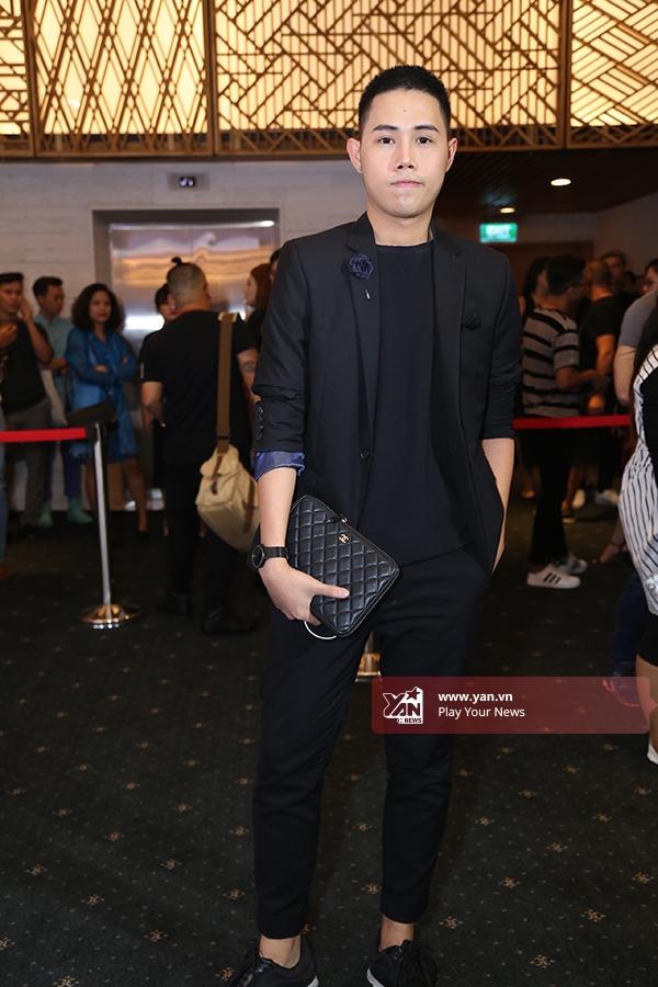 Sắc đen mạnh mẽ cũng là lựa chọn của nhà thiết kế trẻ Lâm Gia Khang. Nét thanh lịch, sang trọng luôn là điều mà anh hướng đến trong phong cách thiết kế cũng như ngoài đời thường.
