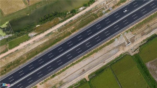 Cao tốc mới có tổng chiều dài toàn tuyến 105,5 km, quy mô 6 làn xe chạy, 2 làn dừng khẩn cấp, chiều rộng mặt cắt ngang bình quân 100 m, mặt đường rộng từ 32,5 đến 35 m. Ngoài ra còn có hơn 60 m đường gom hai bên, chủ yếu phục vụ làm đường dân sinh, lắp đặt hàng rào chống gia súc gia cầm đi vào. Dự kiến, cây xanh cũng được trồng dọc tuyến đường vào cuối năm 2015.