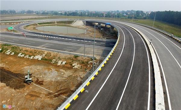 Trên quãng đường hơn 100 km này có 54 cầu lớn, nhỏ, 108 cống chui dân sinh, 9 nút giao liên thông lớn.