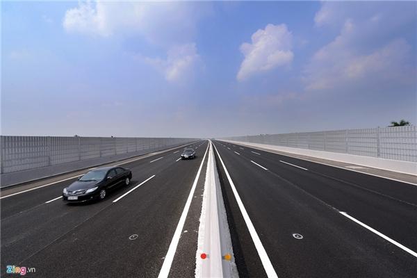 Cầu Thái Bình có hệ thống cách âm độc đáo được lắp đặt tại các tuyến cao tốc hiện đại trên thế giới. Đây là tường cách âm lần đầu được sử dụng tại Việt Nam. Những tấm cách âm đặt dọc hai bên cầu sẽ hút toàn bộ tiếng ồn của các phương tiện để tránh làm phiền khu dân cư sinh sống ngay cạnh đường cao tốc.