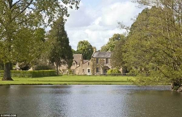 """Để sở hữu căn biệt thự nằm bên sông Dikler này, vợ chồng Beckham đã quyết định bán """"cung điện"""" Beckingham của mình, thu về 12 triệu bảng. Ngoài ra, Beckham cũng quyết định thanh lý một số siêu xe ít được sử dụng."""