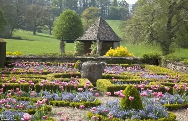 Một góc khu vườn hoa tuyệt đẹp bên trong khuôn viên biệt thự của nhà Becks. Khu vườn này được thiết kế bởi Edwin Lutyens, người được coi là một trong những kiến trúc sư cảnh quan giỏi nhất xứ sở sương mù.