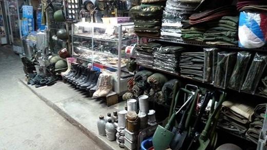 Nón cối sắt, giày bốt, thắt lưng của lính Mỹ thời chiến, quân trang – quân dụng có xuất xứ từ Campuchia, hàng chiến tranh vùng Vịnh...(Nguồn: Internet)