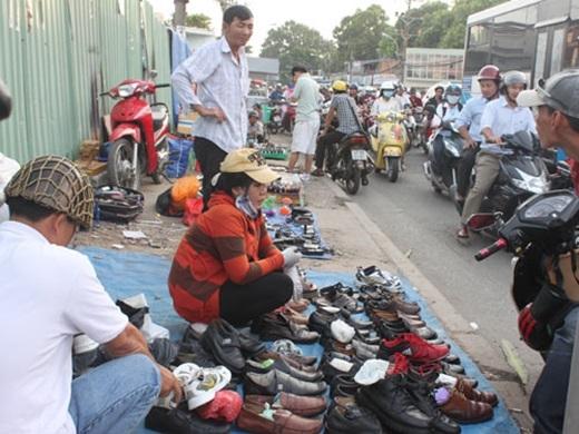 Và không chỉ có đồ công nghệ, đủ loại người từ tứ xứ đổ về, tranh thủ bán đủ thứ thập cẩm như giày dép, đồ gia dụng cũ.(Nguồn: Internet)