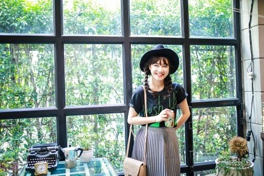"""Áo thun năng động kết hợp với chân váy xếp ly nhỏ, là một gợi ý tuyệt vời cho bạn nào có ý định """"fresh"""" lại phong cách của mình với tinh thần sảng khoái hơn."""