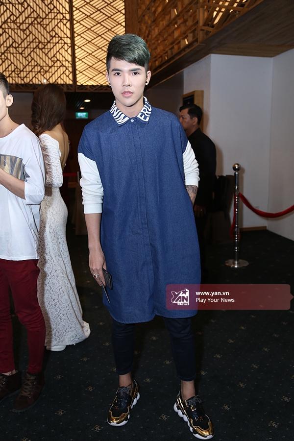 Một chàng trai đơn giản với áo sơ mi dáng dài phối cùng quần ôm, giày thể thao ánh kim nổi bật.