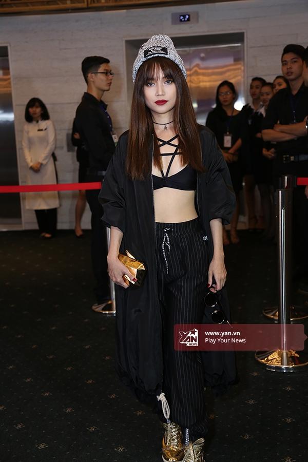 Sĩ Thanh vô cùng thu hút với bộ trang phục khá táo bạo kết hợp bra, quần đáy thụng Alibaba cùng áo khoác dáng dài bên ngoài. Phụ kiện ánh kim càng làm tăng thêm sự nổi bật cho cô nàng diễn viên trẻ tài năng.