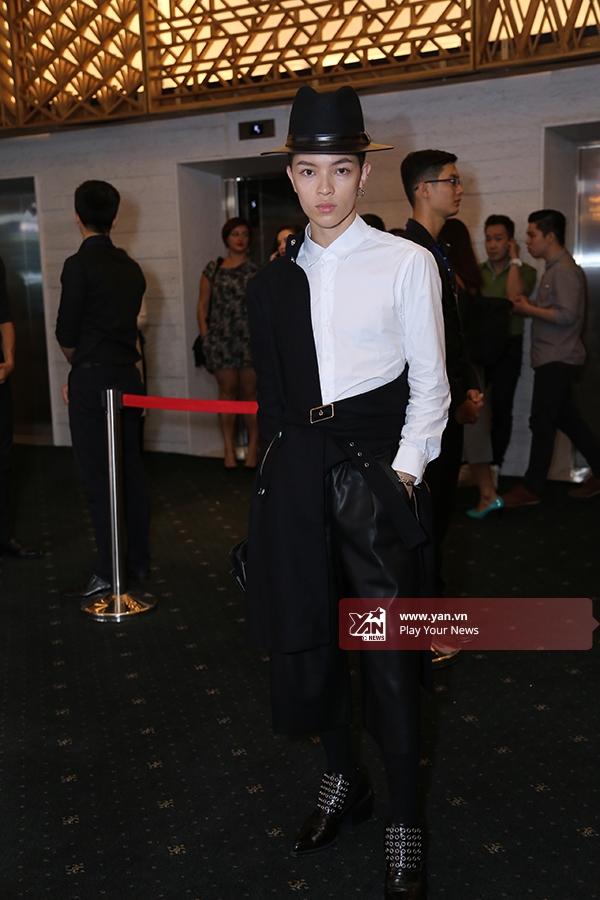 Kelbin Lei vẫn trung thành với hai tông màu trắng, đen kinh điển cùng phong cách thời trang lưỡng tính vốn đã làm nên thương hiệu.