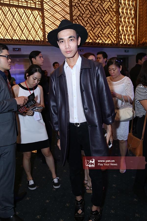 Trang phục phối nhiều lớp hay kết hợp hàng loạtphụ kiện luôn được các bạn trẻ yêu thích khi đến với Vietnam International Fashion Week 2015.