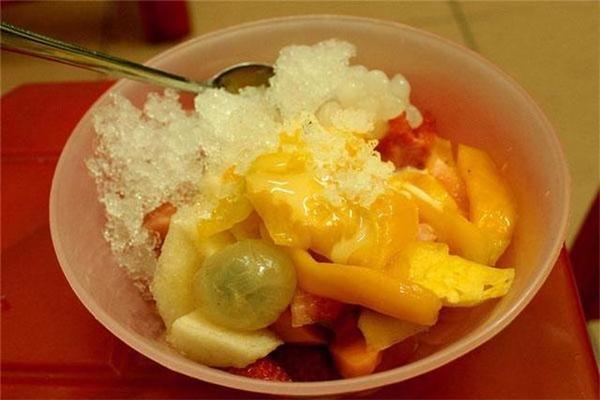 Hoa quả dầm ngọt mát với đủ loại hoa quả tươi mà giá cả cực phải chăng.