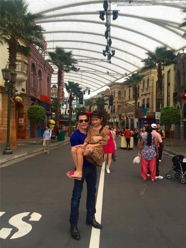 Trần Bảo Sơn vui vẻbên con gái tại Singapore. - Tin sao Viet - Tin tuc sao Viet - Scandal sao Viet - Tin tuc cua Sao - Tin cua Sao