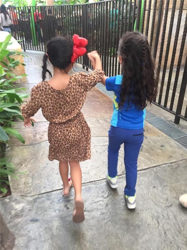 Cô nhóc tung tăng cùng bạntham quan một khu vui chơi nổi tiếng tại quốc đảo sư tử. - Tin sao Viet - Tin tuc sao Viet - Scandal sao Viet - Tin tuc cua Sao - Tin cua Sao