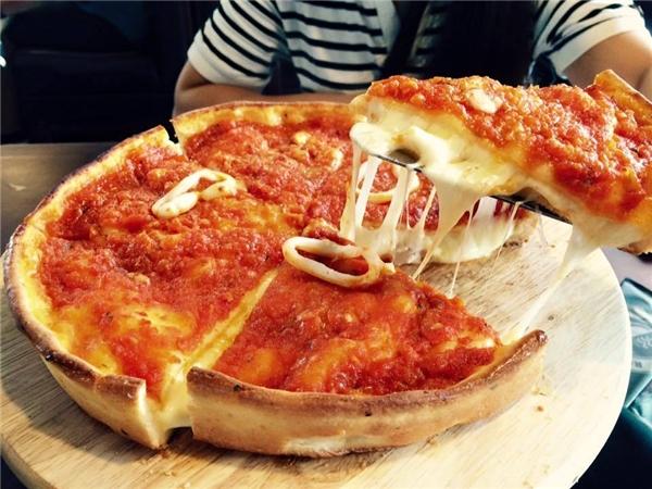 Bạn có thể tìm mua pizza nhân nhồi Chicago ở các quán tại Trung Hòa Nhân Chính, Tây Sơn, Long Biên...(Nguồn: Internet)