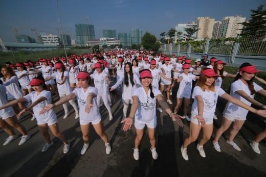 """Buổi ra mắt """"Tình yêu rạng ngời""""khá đặc biệt, với màn trình diễn """"flashmob""""sôi động của 1.000 cô gái. - Tin sao Viet - Tin tuc sao Viet - Scandal sao Viet - Tin tuc cua Sao - Tin cua Sao"""