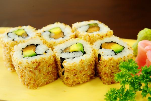 Sushi cuộn bơ cực kì bắt mắt, nhìn là muốn ăn. (Nguồn: Internet)