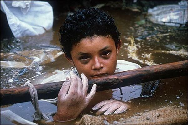 Đôi mắt hấp hối- Cô bé người Colombia Omayra Sanchez, 13 tuổi, chết trong một vụ phun trào núi lửa vào năm 1985. Trong bức ảnh Sanchez bị kẹt dưới đống đổ nát của căn nhà trong 3 ngày trước khi lìa đời. Nhiều nhà báo đã chứng kiến quá trình thay đổi tâm lý của Sanchez lúc ấy, từ sự thanh thản bình tĩnh sang sự quằn quại đau đớn khi phải đối mặt với tử thần.