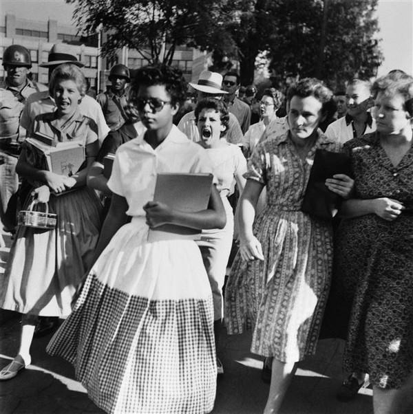 Đôi mắt ghét bỏ- Đó là Elizabeth Ann Eckford, một trong 9 học sinh người Mỹ gốc Phi theo học tại trường trung học Little Rock năm 1957. Cô bị một đám người da trắng đi theo chửi rủa, xúc phạm kì thị sắc tộc.
