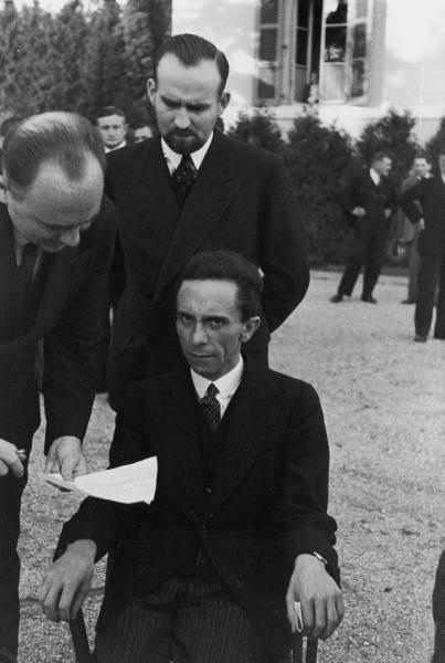 Đôi mắt căm thù- Trong ảnh là Joseph Goebbels. Trước khi biết được nhiếp ảnh gia Eisenstaedt, người chụp bức ảnh này là một người Do Thái. Joseph đã biểu lộ sự thù địch rõ rệt ngay trước ống kính.