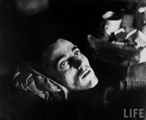 Đôi mắt của sự mệt mỏi- Đây là ánh nhìn mang tính ám ảnh của một tù nhân chiến tranh người Mỹ sau khi được quân đồng minh trao trả tự do tại Limburg, Đức trong năm 1945.