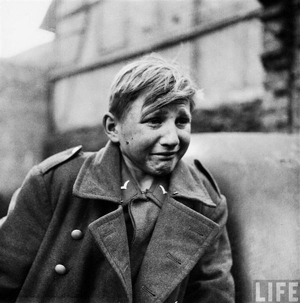 Đôi mắt sợ hãi- Chàng lính 15 tuổi người Đức Hans Georg Henke bị bắt gặp đang khóc nức nở sau khi bị lính Mỹ bắt giữ tại Renchtenbanch, Đức trong năm 1945. Cậu bé tham gia lực lượng không quân Đức Luftwaffe để nuôi sống bản thân sau khi bố mẹ qua đời.