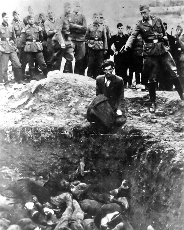 """Đôi mắt cam chịu- """"Người Do thái cuối cùng tại Vinnitsa đang quỳ gối trước họng súng của lính Đức trong một buổi tàn sát tập thể tại Vinnitsa, Ukraine trong năm 1941. Trong cuộc thảm sát này, 28.000 người Do thái đã thiệt mạng"""