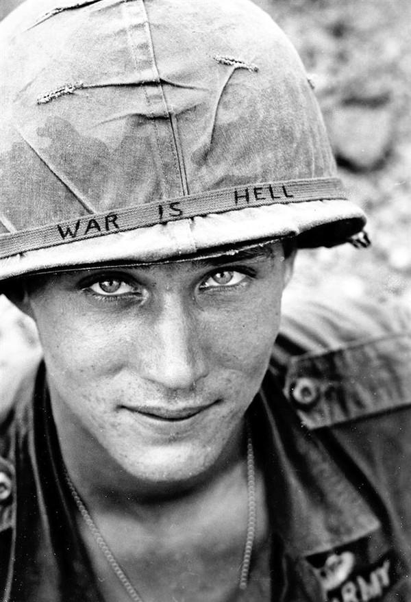 """Đôi mắt của hòa bình- Chàng quân nhân vô danh thuộc Lữ đoàn dù số 173 trong trận chiến tại miền nam Việt Nam trong năm 1965. Chính ánh mắt trong veo của anh đã nói lên tất cả: """"Chiến tranh là địa ngục""""."""