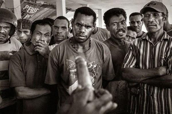 Đôi mắt của sự tò mò- Nhóm nam giới lần đầu tiên được hướng dẫn cách sử dụng bao cao su tại Papua, Indonesia.