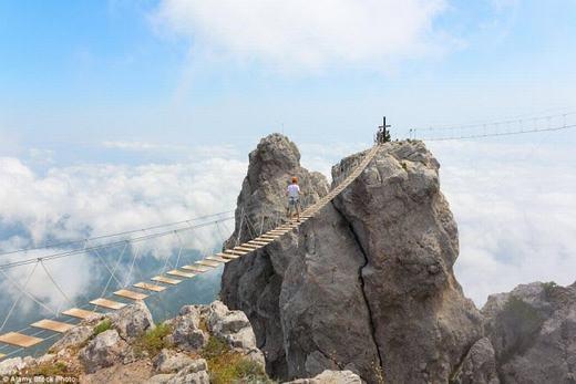 Đây là cây cầu treo với sàn cầu bằng gỗ, có khoảng cách và lan can bằng dây cực kì nguy hiểm. Nó là con đường duy nhất để ngắm toàn cảnh vùng núi Ai-Petri hùng vĩ trên bán đảo Crimea. (Ảnh: Internet)