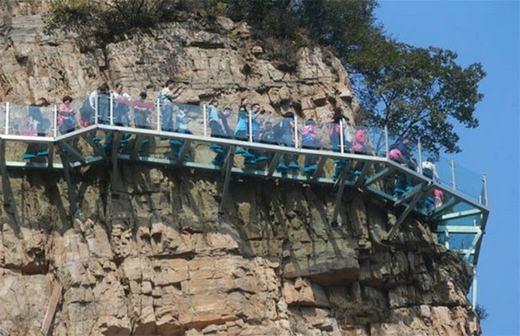 Cây cầu bằng kính độc đáotrên vách núi Tiên Tác ở tỉnh Hà Nam, Trung Quốc. Tuy nhiên mới đây, nó đã có những vết nứt nhẹ khiến du khách một phenhoảng hồn. (Ảnh: Internet)