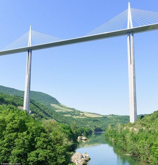 Tại Pháp có một cây cầu lạ mắt mang tênMillau Viaduct. Chiều cao của nó hiện hơn cả tháp Eiffel. (Ảnh: Internet)