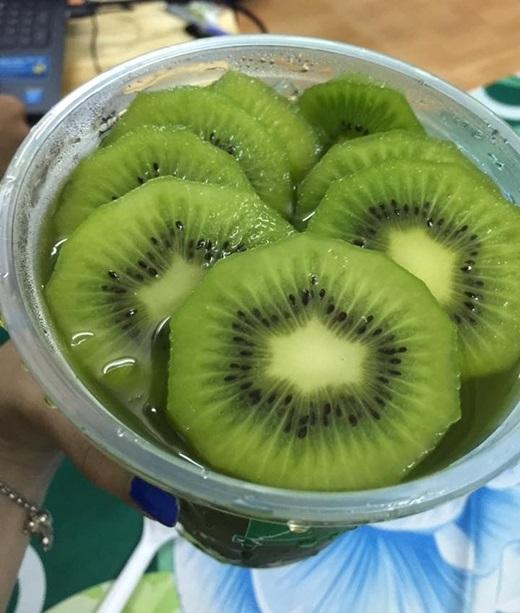 Trà kiwi có mùi thơm nhè nhẹ, khi dùng lạnh thì giải khát cực hiệu quảlại còn bắt mắt với những lát kiwi xanh tươi nằm phía trên mặt li.(Nguồn: Internet)