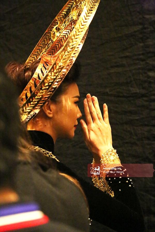 Cô chắp tay cầu nguyện cho phần trình diễn được suôn sẻ, thuận lợi.