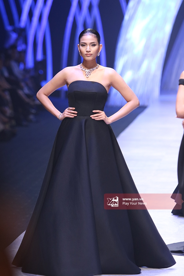 Tổng thể lấy sắc đen làm chủ đạo với điểm nhấn ở đường cắt, cách dựng phom hiện đại, kì công vốn đã làm nên thương hiệu của Hoàng Minh Hà trong làng thời trang Việt Nam.