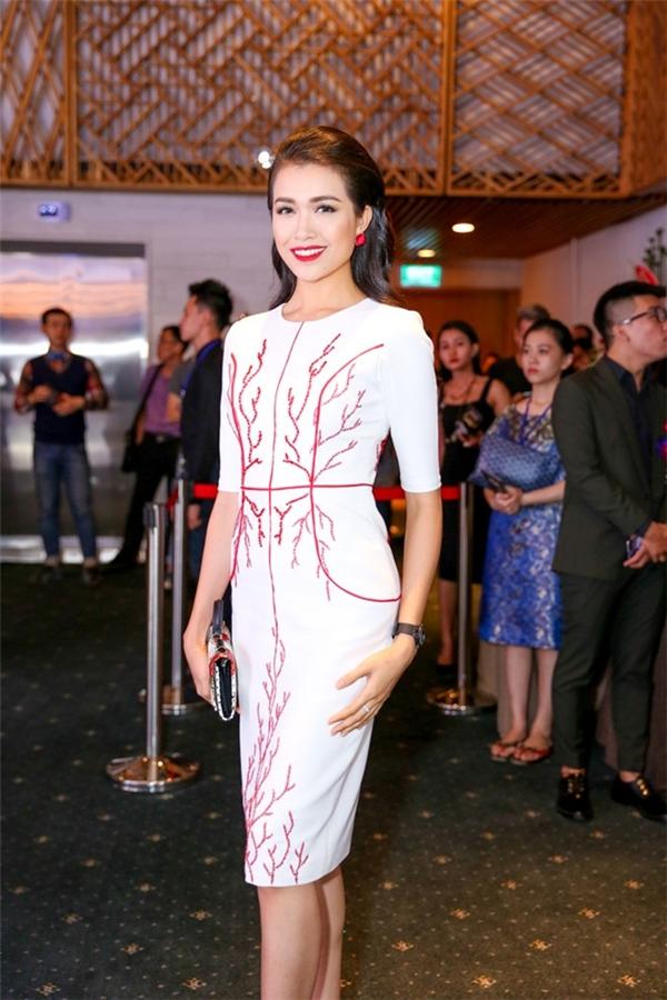 Trong khi đó, áhậu Lệ Hằng lại nhẹ nhàng, đơn giản hơn khi diện bộ váy cocktail tông trắng thanh lịch. Thiết kế tạo điểm nhấn bằng chi tiết thêu chỉ đỏ, kết cườm nổi bật.