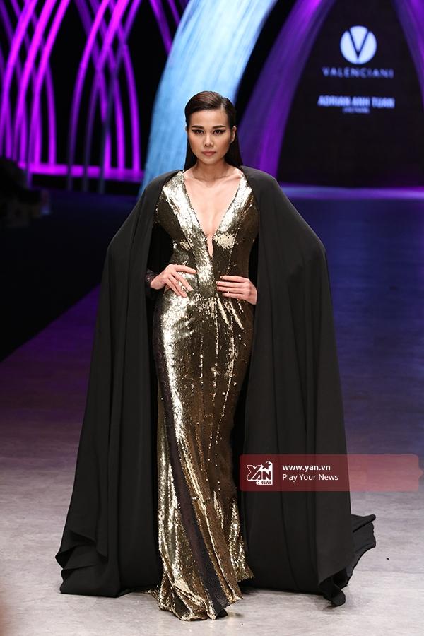 Thanh Hằng diện bộ váy đuôi cá với chất liệu ánh kim nổi bật trong bộ sưu tập của Adrian Anh Tuấn.