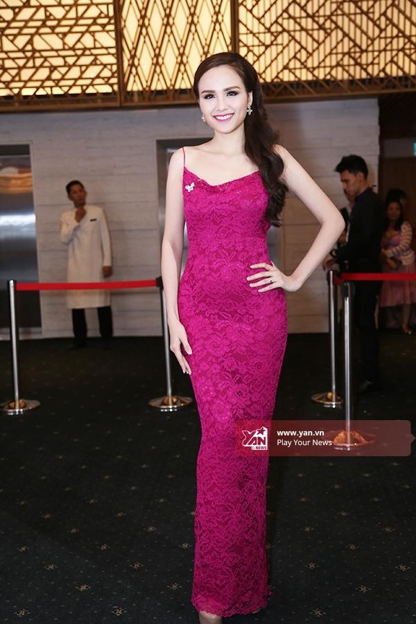 Diễm Hương gợi cảm khoe khéo đường cong trong bộ váy ôm sát tông hồng tím sang trọng được thực hiện trên nền chất liệu ren cao cấp. Đây là trang phụcmà nhà thiết kế Adrian Anh Tuấn đo ni đóng giày cho Hoa hậu Thế giới người Việt 2010.
