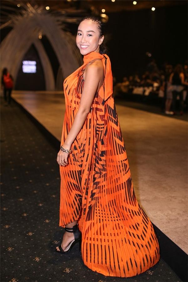 """Trong khi đó, nữ ca sĩ Đoan Trang lại """"xén"""" bớt chiều cao khiêm tốn của mình với bộ váy phom rộng trên nền chất liệu voan lụa mềm mại."""