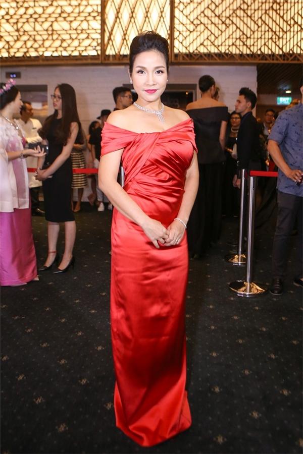 Với thân hình khá tròn trịa, những dáng váy ôm sát hay chất liệu có độ bóng không phải là lựa chọn phù hợp của diva Mỹ Linh.