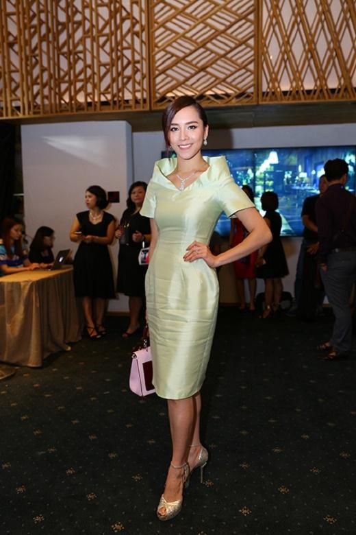 Điểm trừ cho á hậu Dương Trương Thiên Lý khi để bộ váy quá nhăn nheo xuất hiện tại một sự kiện lớn. Đây cũng là lỗi mà nhiều người đẹp trong làng giải trí hay mắc phải.