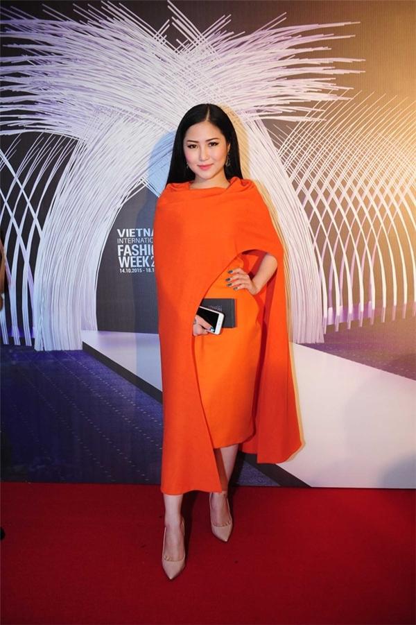 Dù thiết kế khá lạ mắt, sang trọng nhưng bộ váy này không phải là lựa chọn tốt cho những cô nàng có chiều cao khiêm tốn như Hương Tràm.